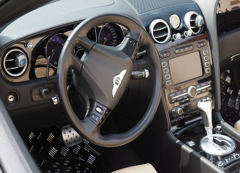 Злостный должник приехал в торговый центр за покупками и лишился Bentley в Волгограде