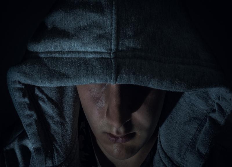 Подросток в маске нападал на прохожих в Краснооктябрьском районе Волгограда
