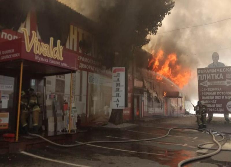 Пожар охватывает все большую площадь на рынке Тулака: видео очевидцев