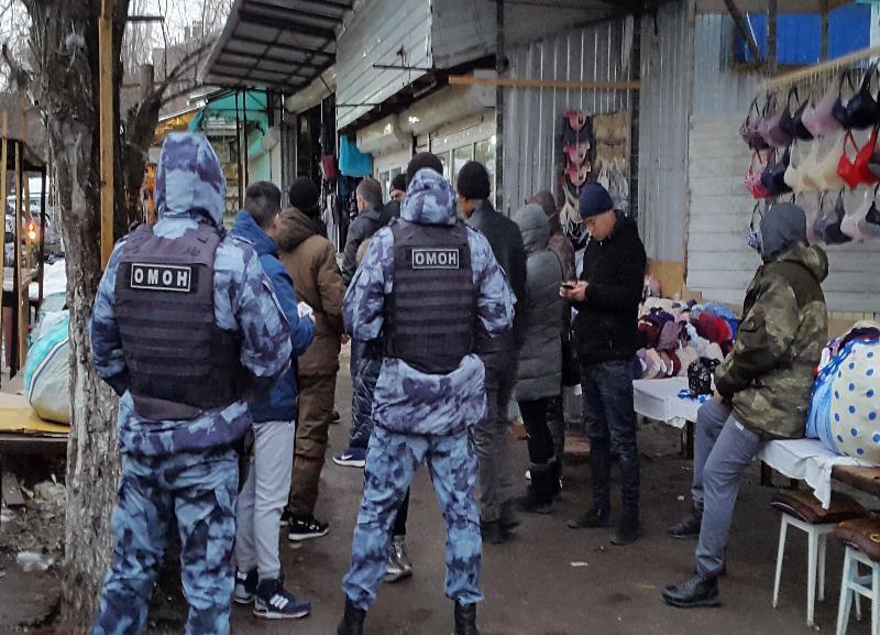 ОМОН нагрянул на рынок в Тракторозаводском районе Волгограда