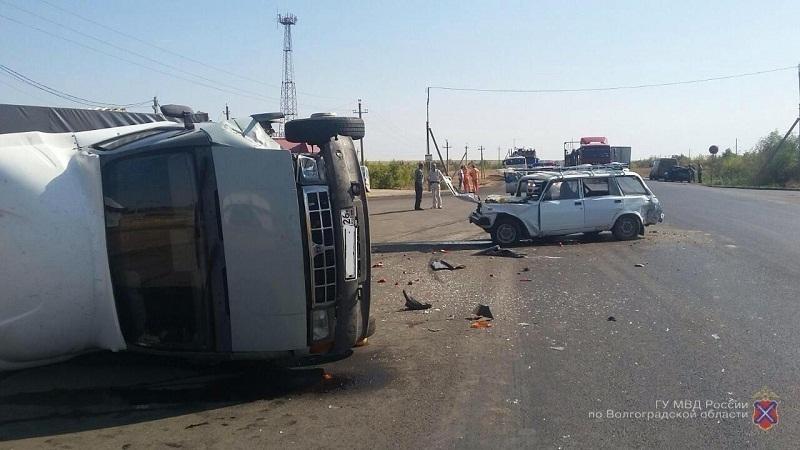 Под Волгоградом вДТП перевернулась грузовая «Газель», пострадали двое