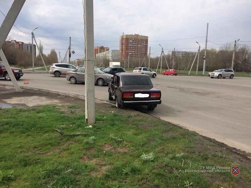 Годовалый мальчик, мама и водитель попали в больницу из-за 68-летней автоледи в Волжском