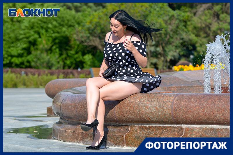 Волгоградский фотограф запечатлел красавиц в мини-юбках в центре города