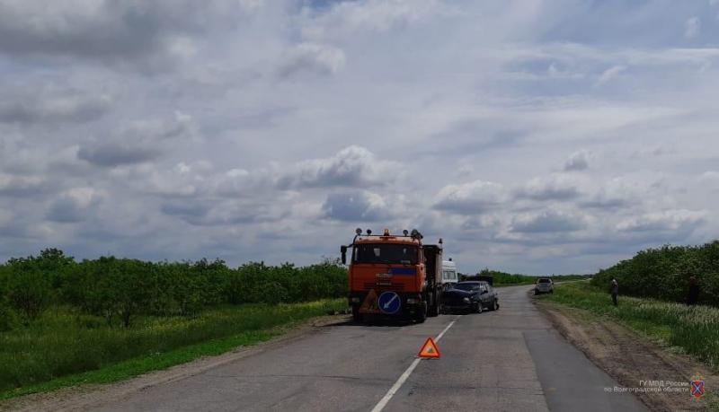 Женщина-водитель буксируемой иномарки протаранила КамАЗ под Волгоградом: 3 в больнице
