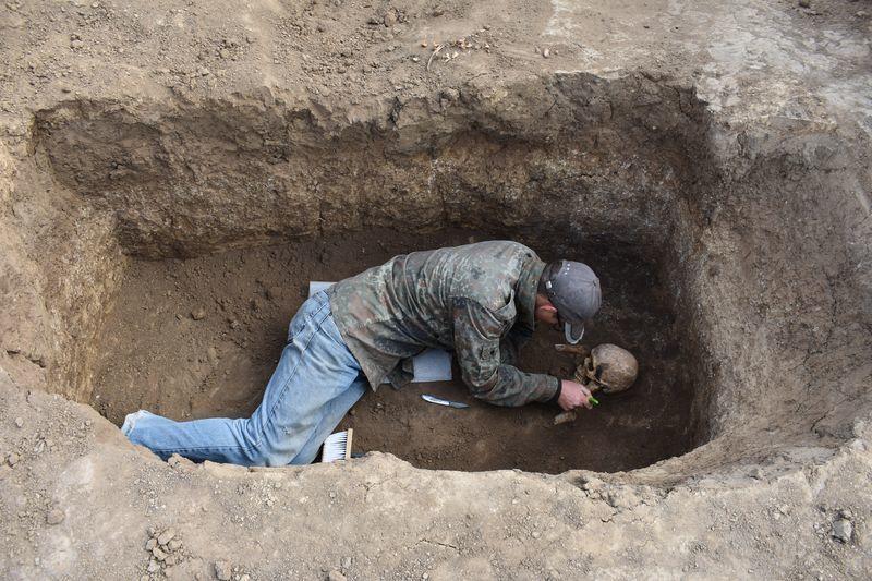 Ритуальные курильницы из древнего могильника везут в Волгоград