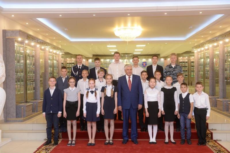 Министр МВД наградил школьников из Волжского за поимку грабителя