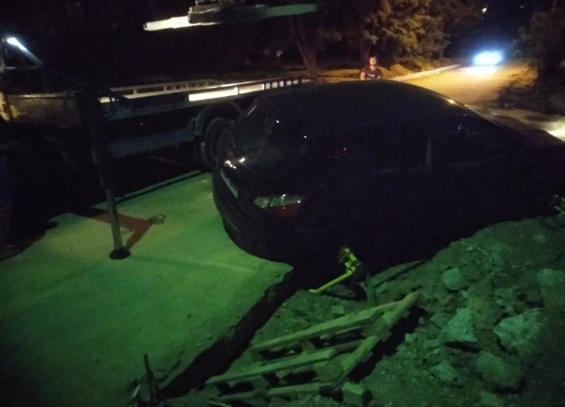 Из ямы в Волжском кроссовер вытаскивали при помощи эвакуатора