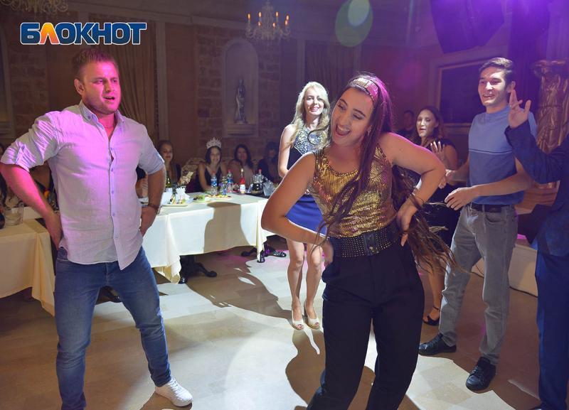 Жарким танцем и «букетом жизни» пытались покорить участницы «Мисс Блокнот Волгоград-2019»