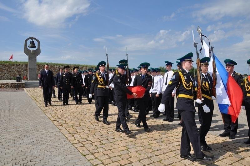 В Россошках с почестями перезахоронили солдата-пограничника