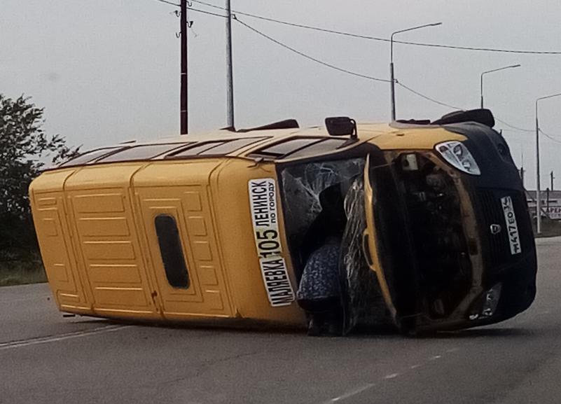 «Пассажиры сидели на земле в шоковом состоянии»: маршрутка перевернулась на трассе под Волгоградом