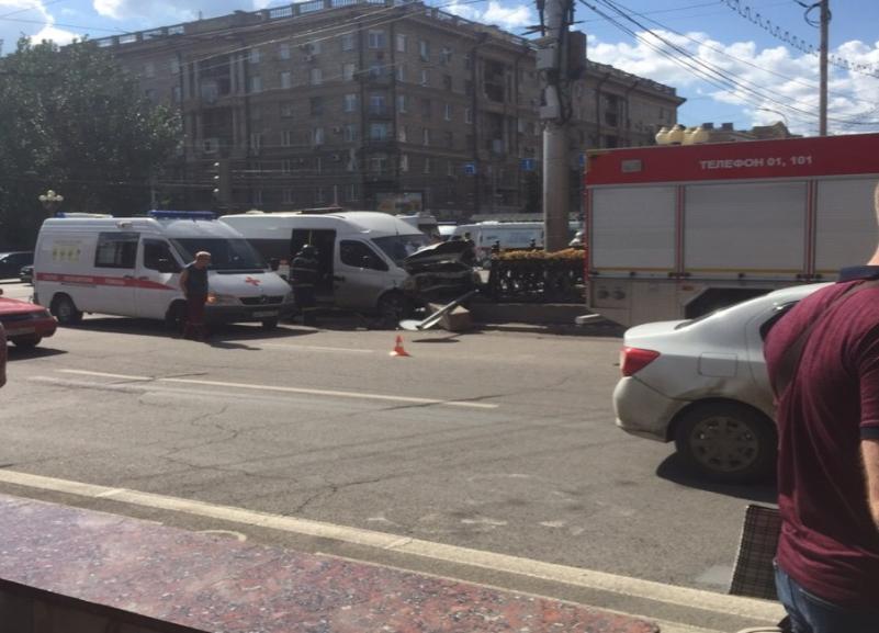 Водитель на Daewoo Matiz протаранил маршрутку в центре Волгограда: 5 человек пострадали