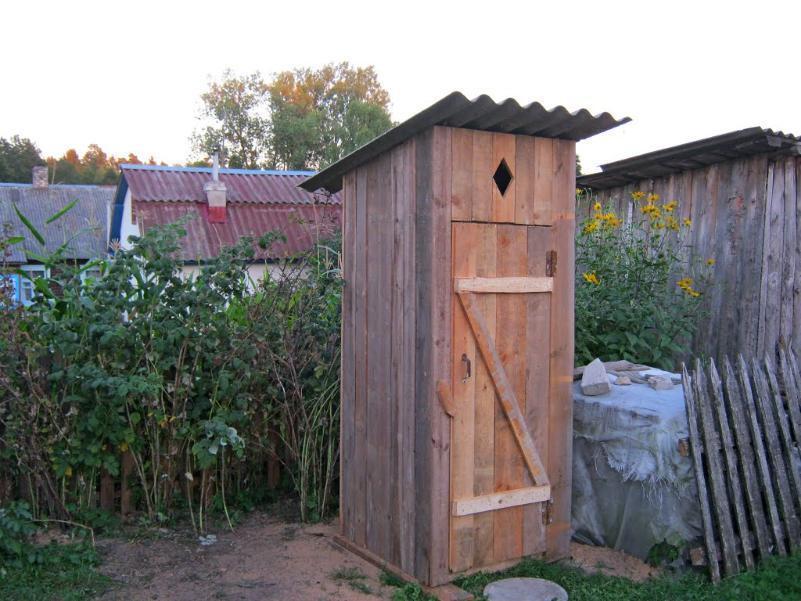 Деревянный туалет в Волгограде сносят местные чиновники