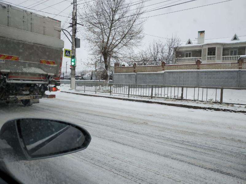 Дороги Волгограда завалены снегом, который никто не чистит