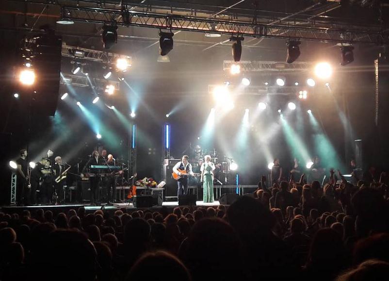 Варум и Агутин сумели переманить фанатов «Ротора» к себе на концерт в Волгограде