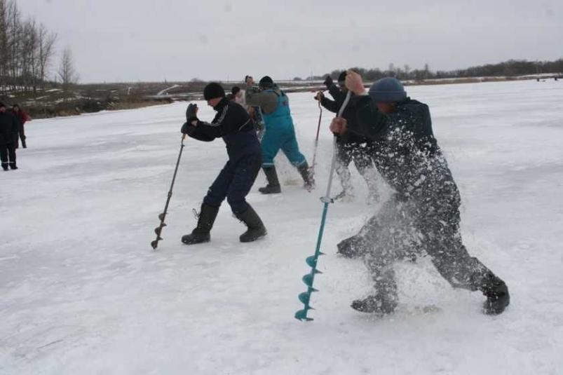 Мэр Волжского спасает рыбу в День защитников Отечества