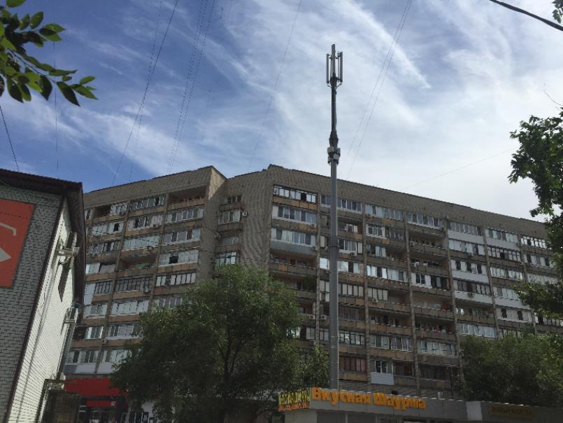 Огромную антенну сотовой связи установили прямо под окнами многоквартирного дома в Волгограде