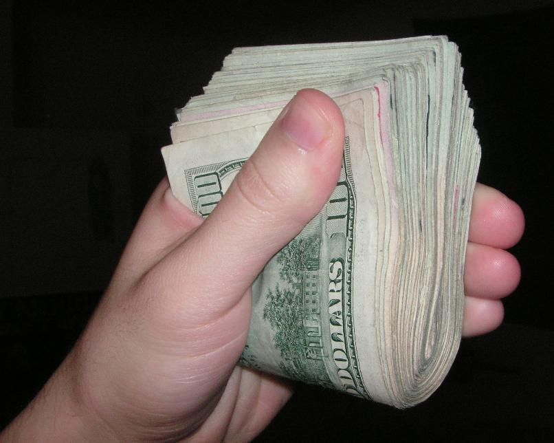 Полтора процента своих доходов волгоградцы тратят на покупку валюты
