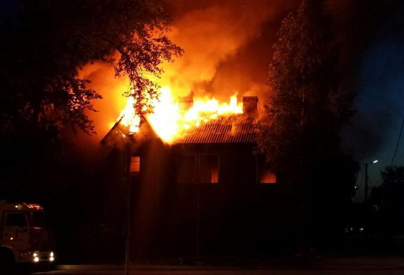 Два человека заживо сгорели в своем доме под Волгоградом