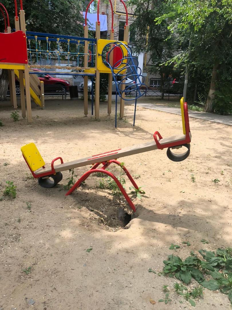 В центре Волгограда под землю проваливается открытая два года назад детская площадка