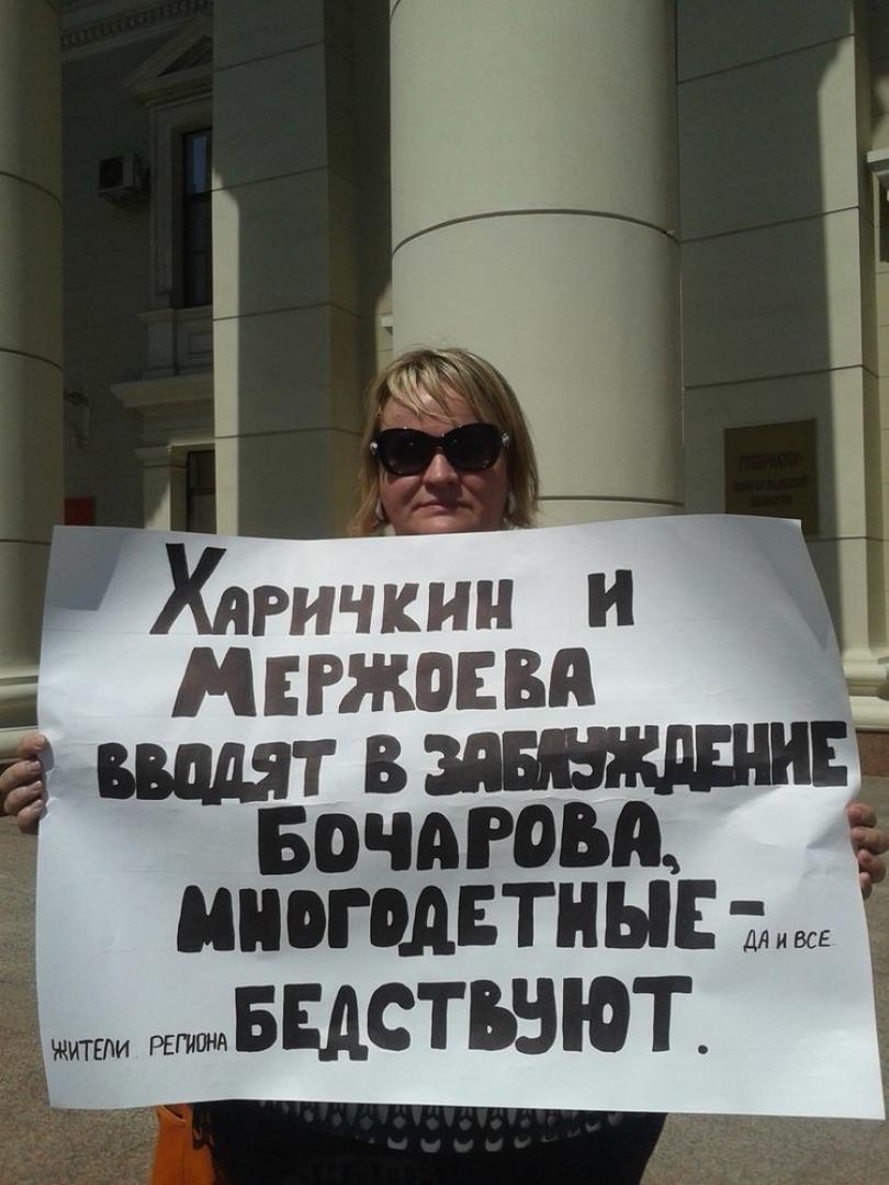 В Волгограде мать семерых детей требует положенного жилья у стен администрации