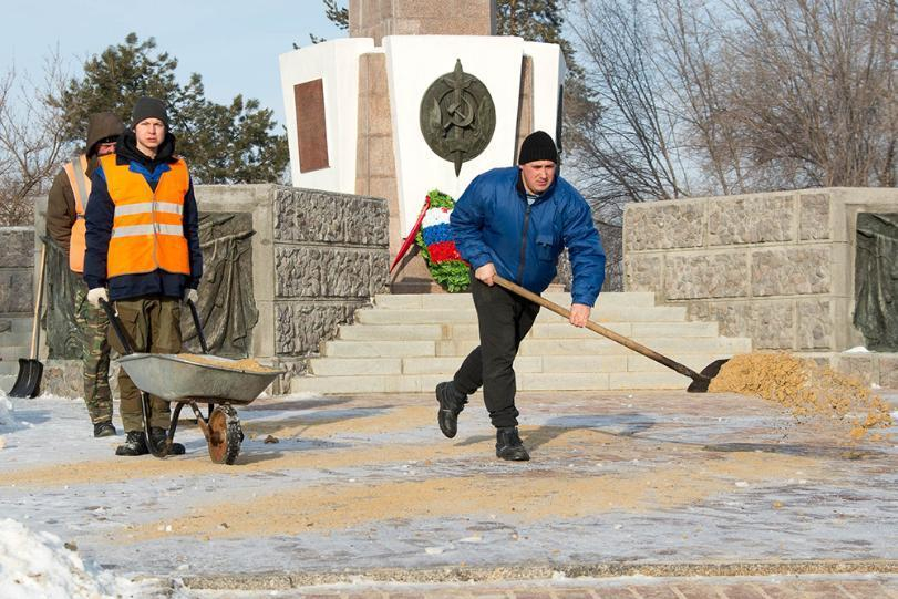 Активист ОНФ призвал вывести волгоградских чиновников на уборку снега и борьбу с гололедом