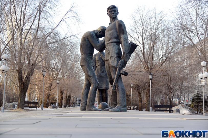 В центре Волгограда разваливается памятник защитникам Сталинграда