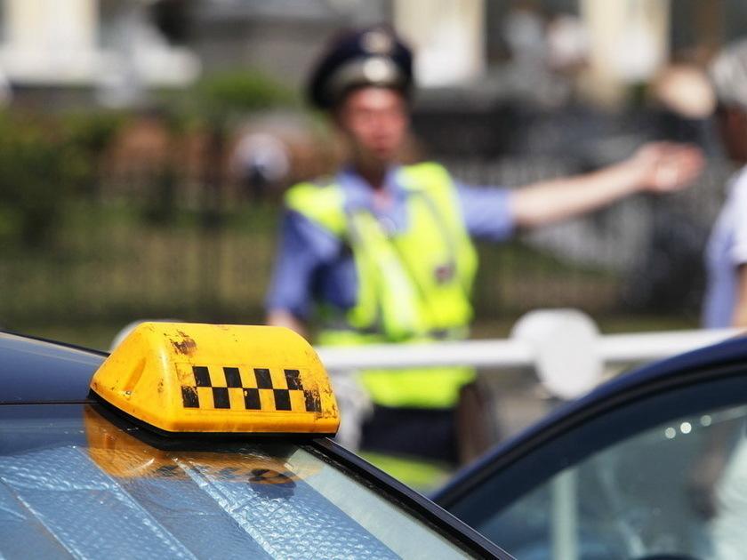 Конфликтные пассажиры избили иограбили таксиста изВолжского