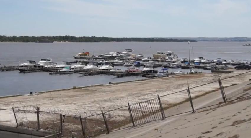 Суд отказался закрыть волгоградскую пристань, с которой вышел столкнувшийся с баржей катамаран