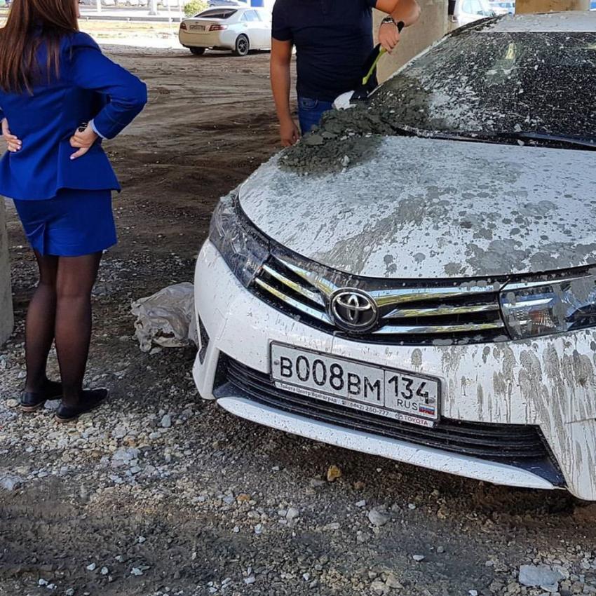 Строители, ремонтирующие мост вВолгограде, залили бетоном припаркованные под ним машины