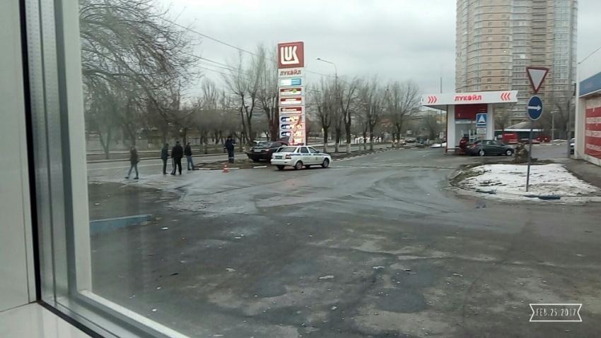 ВВолгограде такси протаранило рекламный щит АЗС