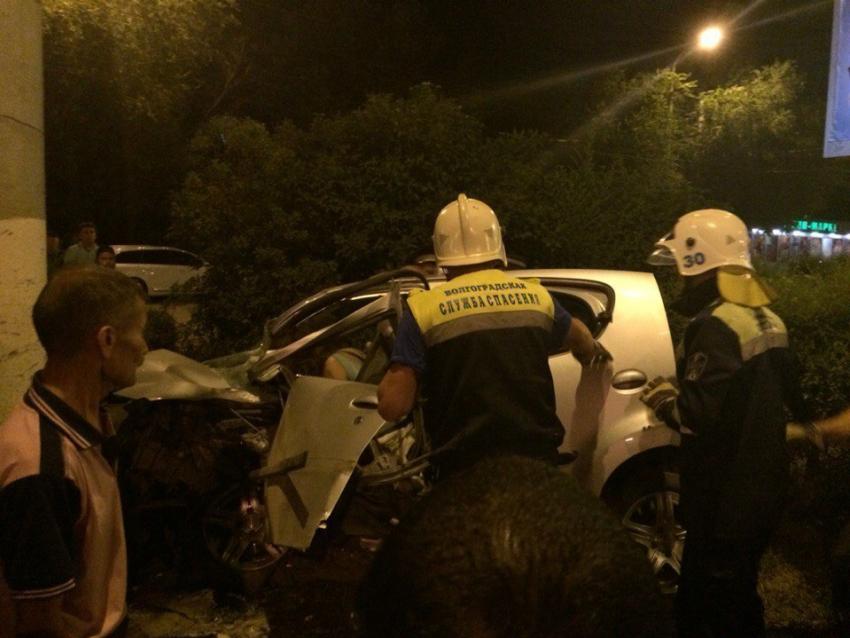 ВВолгограде девушка на Peugeot (Пежо) насмерть разбилась офонарь
