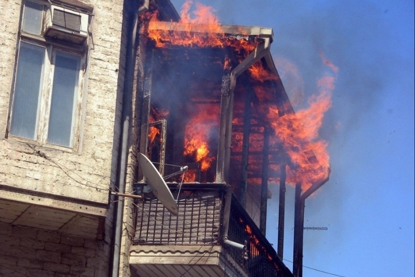 ВВолгограде из-за курильщика втрехэтажном доме произошел пожар