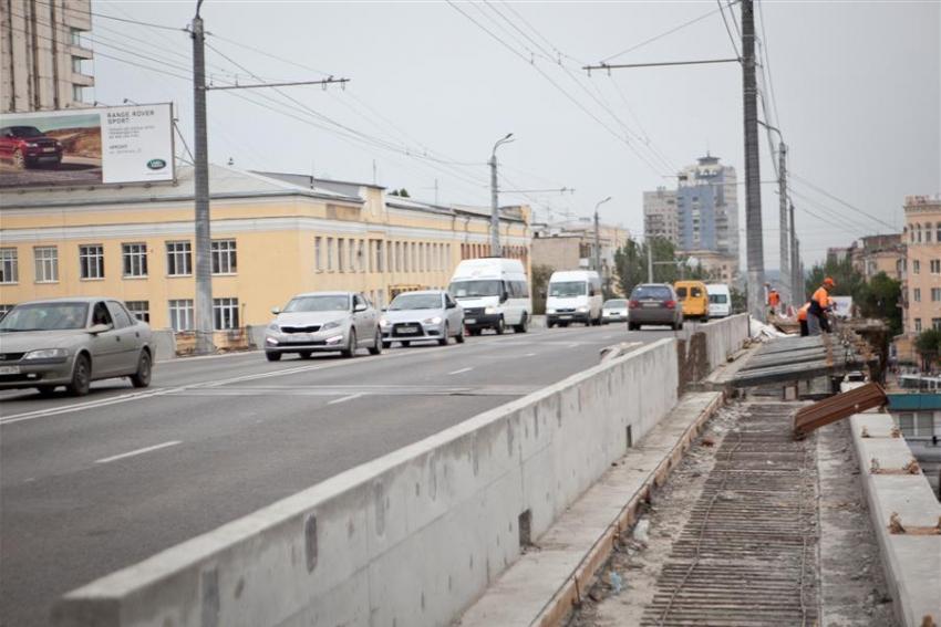 Движение попутепроводу вцентре Волгограда перекрыли из-за брошенной сумочки