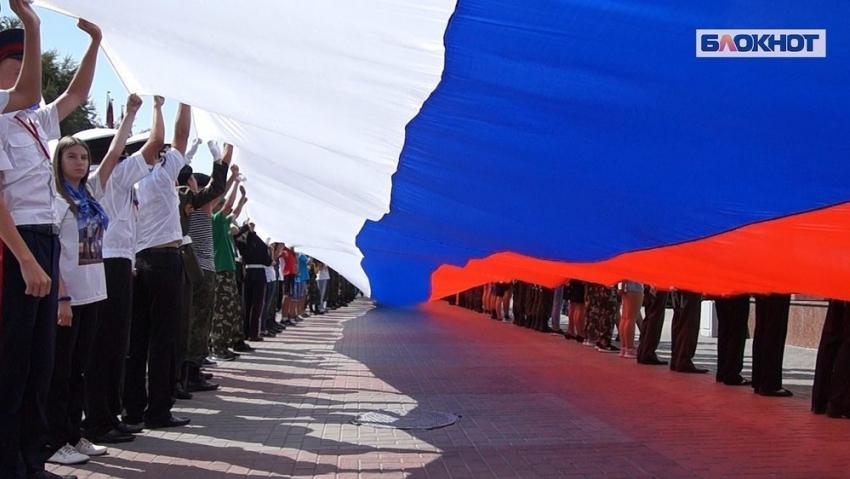 Вцентре Волгограда 600 человек пронесли 80-метровый русский флаг