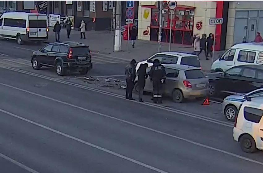 Опубликовано видео утреннего ДТП на 7-й Гвардейской в Волгограде