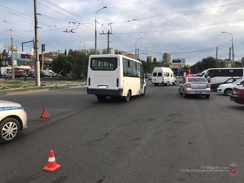 Открытая черепно-мозговая травма и гематомы: в Волгограде родные выпавшей из маршрутки женщины ищут свидетелей аварии