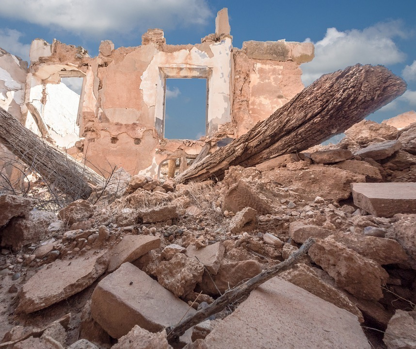 Кирпичная стена рухнула на мужчину в Волгоградской области
