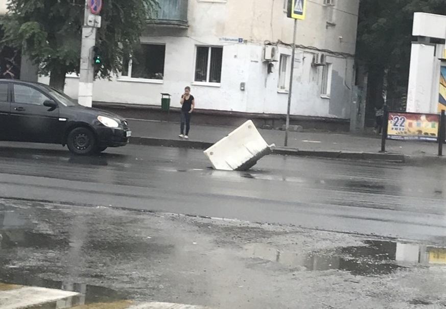 Вместо крышки волгоградские дорожники закрыли люк пластиковым отбойником