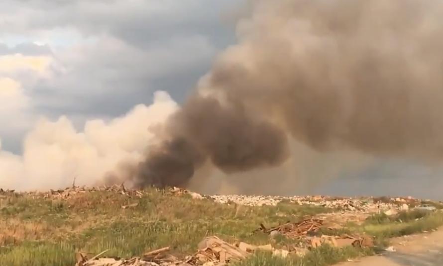 На видео попал страшный пожар на свалке рядом с трассой Москва- Волгоград