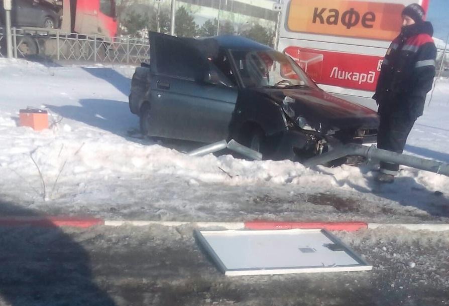 «Лада Приора» протаранила столб на АЗС в Волгограде, уходя от столкновения с автовозом