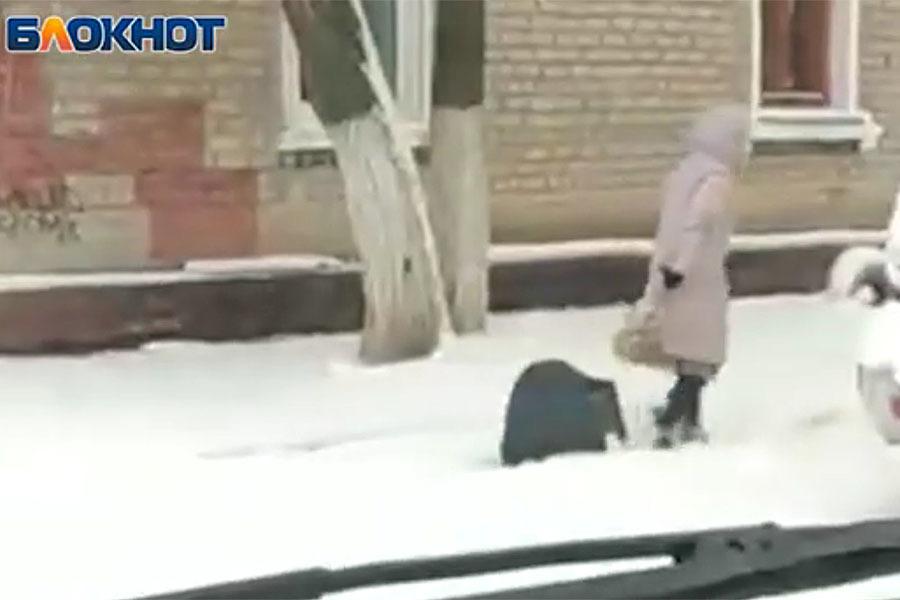 Выгуливающую телевизор на проводе женщину сняли на видео в Волгограде