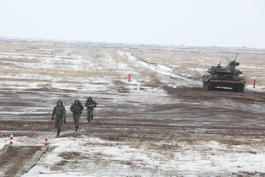 Военные вышли расчищать снег в Волгоградской области: губернатор просил помощи