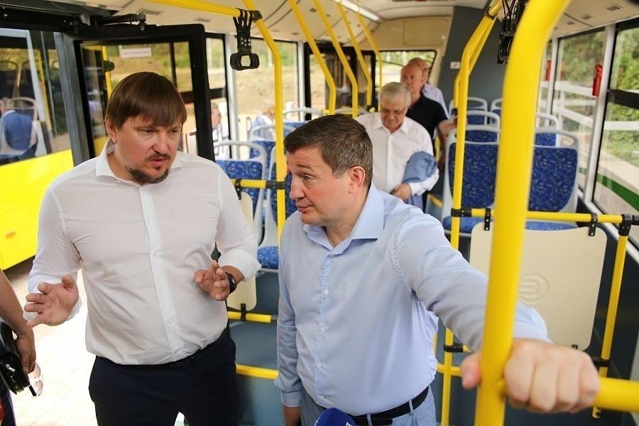 Волгоградские политики прожили выходные весело: полуголые и на тракторе