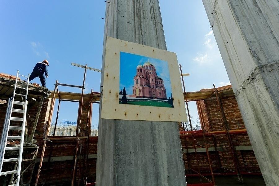 Собор Александра Невского год спустя: устанавливаются колонны для центрального купола