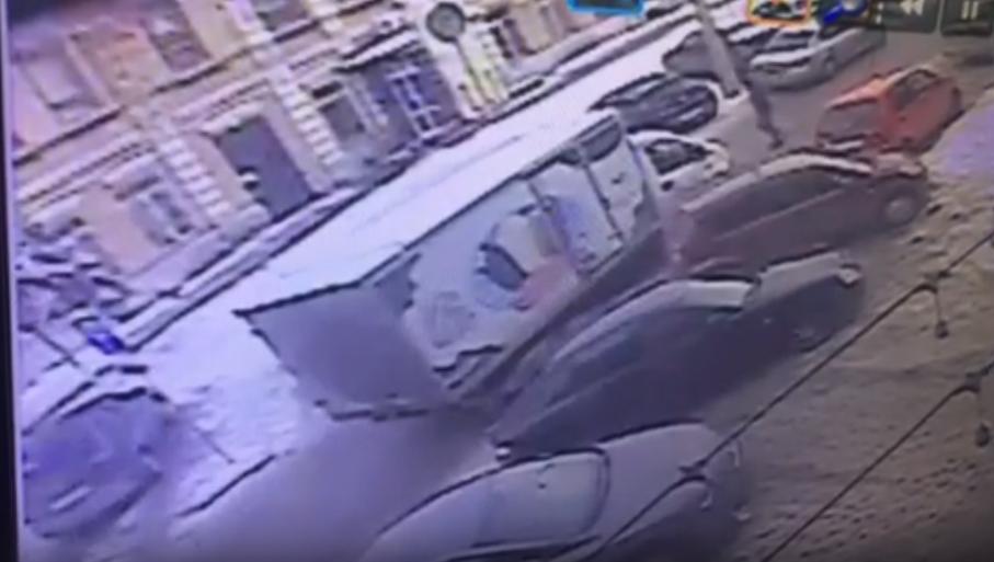 Волгоградец ищет «ГАЗель» с мороженым, повредившую его иномарку