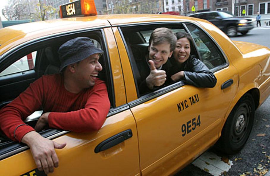 Добрые волгоградские таксисты раздают сладости своим клиенткам