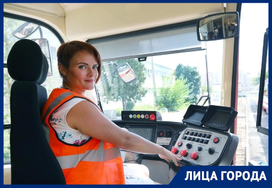 «Многие хотят посидеть на месте водителя», - вошедшая в топ-10 лучших водителей трамваев Наталья Влазнева