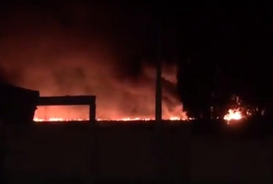 На видео попал сильный ночной пожар на севере Волгограда
