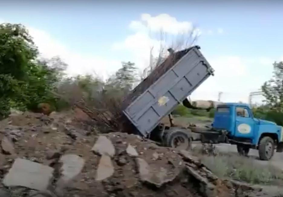 Администрация Дзержинского района приказала рабочим вывозить мусор куда придется
