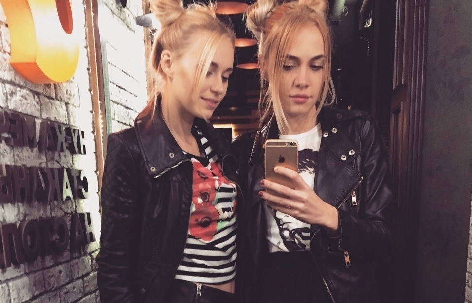 Две блондинки в Волгограде пока ждали заказ, застряли в атмосферном туалете
